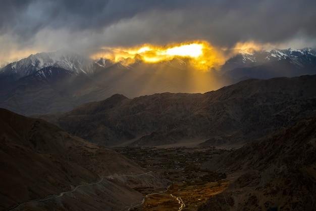 Лех ладакх, красивый пейзажный вид на дорогу с горы и закат