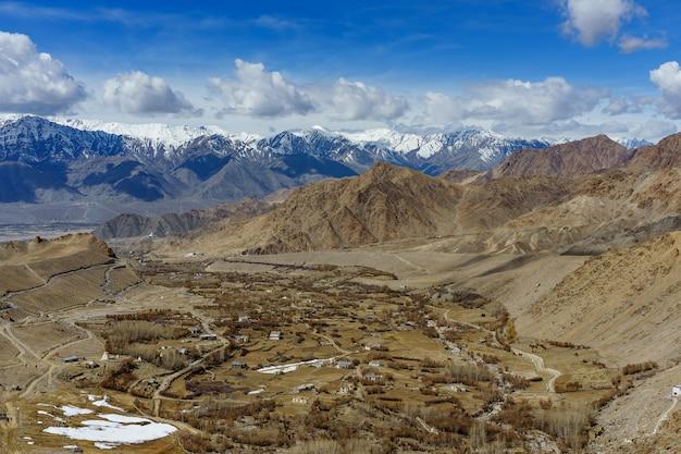 青い空を背景ヒマラヤ山脈の背景を持つインドのカシミールのレーラダック市