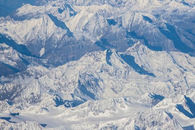 Лех ладакх, гималайский хребет и снег и облачно в ладакском регионе штата джамму и кашмир, северная часть индии