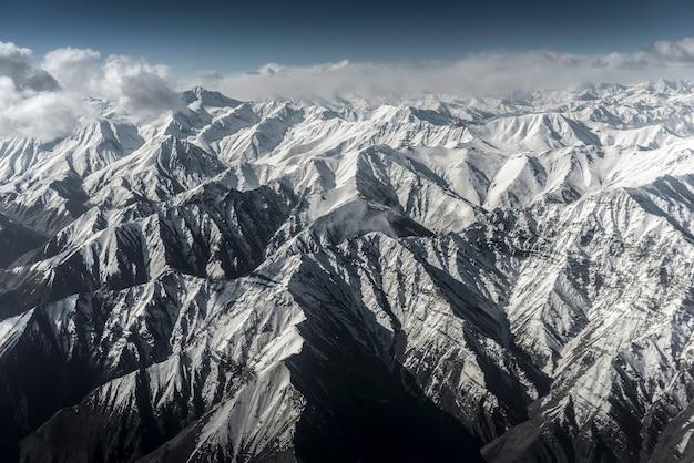 飛行機からの冬の風景の雪山の高い眺めleh ladakh india。