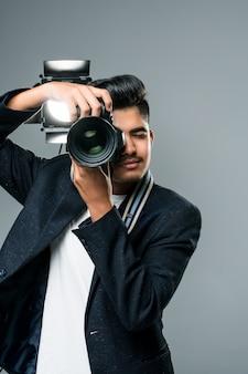 Leightとスタジオで写真を撮るプロのインドの若い写真家