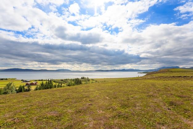 Озеро лейрвогсватн по дороге из рейкьявика в пингвеллир. исландский пейзаж.