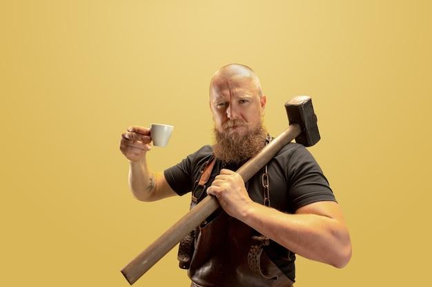 여가 활동 수염 난 대머리 남자 대장장이 가죽 앞치마 또는 유니폼의 만화 이미지