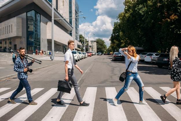 Досуг пешеходный переход городская мода молодежь