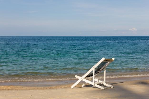 ビーチハンモック、白い椅子での余暇。夏休み、楽園旅行先、リラックスムードコンセプト