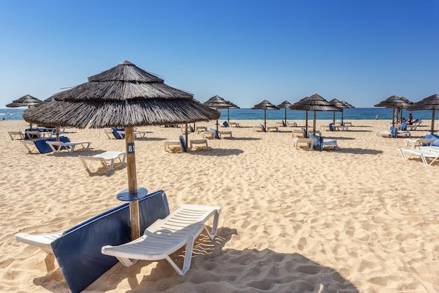 포르투갈에서 해변에서 레저 관광객입니다. . 일하 타비 라