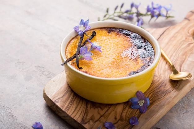 Лейте крем, португальский десерт, похожий на крем-брюле, крем-брюле и жженые сливки