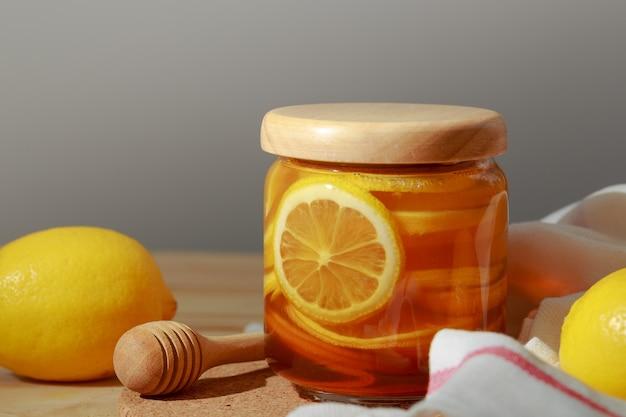 レモンと天然の蜂蜜、蜂蜜レモン、ビタミンと強い免疫力を持つための良い御馳走。