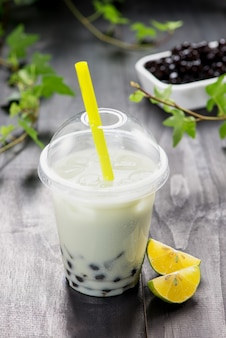 Lemon boba bubble tea с фруктами и колотым льдом.