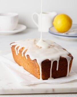 Лимонный хлеб с маком, залитый белой глазурью, сладкий утренний завтрак