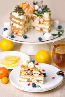 레몬 케이크, 회색 배경에 차 한잔과 파이.