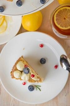 레몬 케이크, 회색 표면에 차 한잔과 파이. 평면도. 공간을 복사하십시오. 카페 메뉴. 봄 분위기