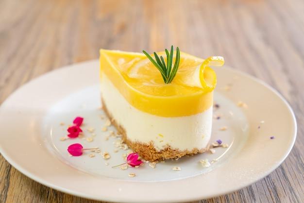 카페와 레스토랑에서 접시에 레몬 치즈 케이크