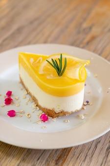 Лимонный чизкейк на тарелке в кафе и ресторане