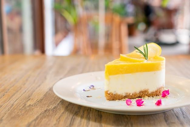 Лимонный чизкейк на тарелке в кафе