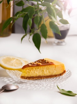 화창한 여름 배경에 카라멜을 곁들인 레몬 치즈 케이크