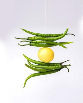 Лимонный перец чили - индийский суеверный лимон и зеленый перец чили, перевязанные ниткой и привязанные к дверям дома или в магазине, чтобы избежать несчастья, также известного как тотка или назар батту.