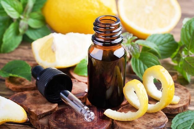 レモンシトラスフルーツのエッセンシャルオイルとミント
