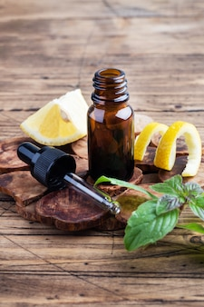 レモンシトラスフルーツのエッセンシャルオイルとミント、