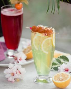 フルーツスライスとレモンカクテル