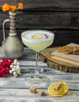 Лимонный коктейль с ломтиком лимона на столе