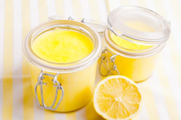 테이블에 유리 항아리에 레몬 커드