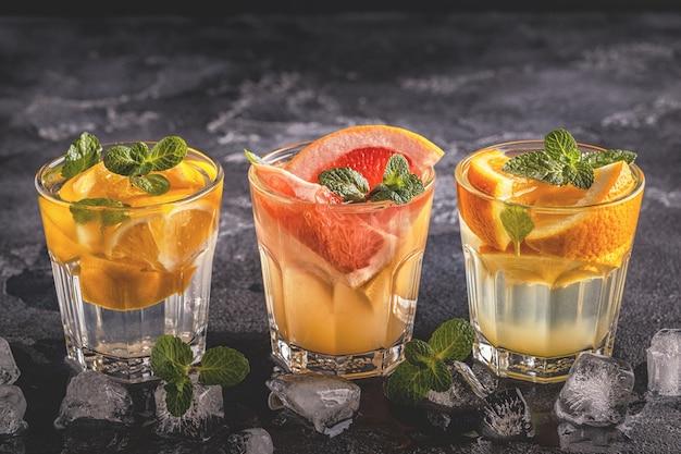レモン、グレープフルーツ、オレンジの自家製カクテル/デトックスフルーツを注入した水、セレクティブフォーカス。