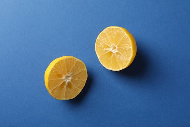 Половинки лимона на синем фоне, место для текста