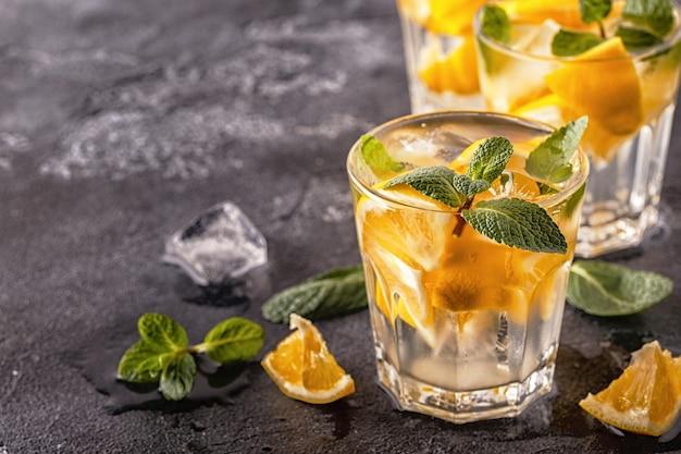 Домашний коктейль с лимоном и фруктами на воде