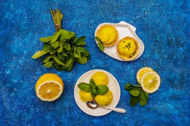 皿にミントとレモンアイスクリーム