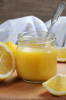 레몬 주스에 레몬 쿠르드 커스터드 이것은 토스트 타르트 케이크와 함께 사용하는 고전입니다