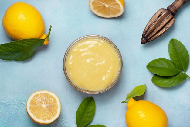 Lemon kurd in glass bowl