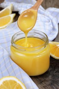 레몬 주스에 레몬 커스터드 이것은 타르트 케이크에 토스트와 함께 사용하는 고전입니다