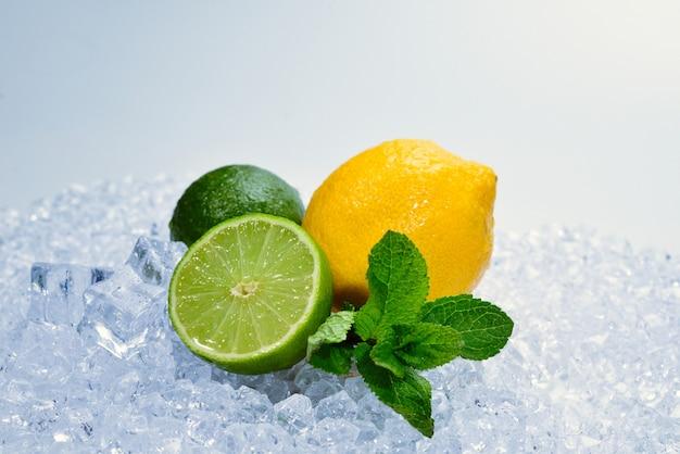 レモン、ライム、ミント、氷の上。