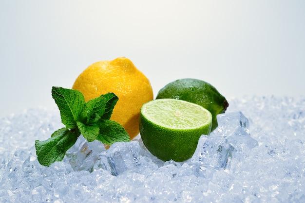 レモン、ライム、ミントを氷の上で。