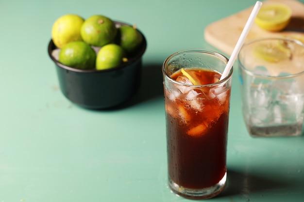 여름과 더운 날씨에 레몬 라임 아이스 티 신선한 음료, 아이스 신선한 음료 홍차와 슬라이스 레몬 라임