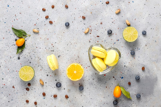 新鮮な果物とレモンマカロン。