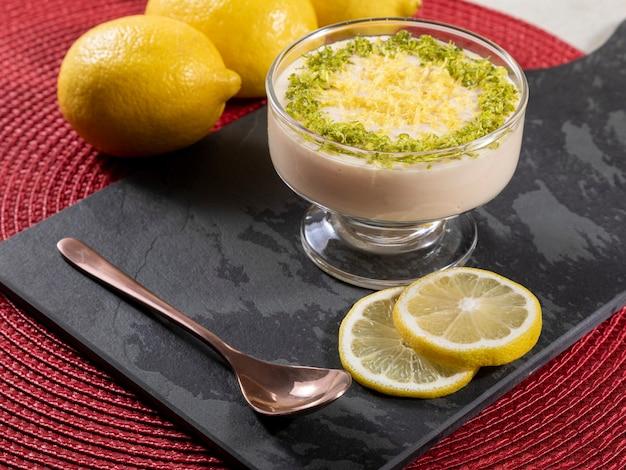 Лимонный мусс в хрустальной миске с цедрой лимона.