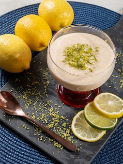 레몬 제스트와 크리스탈 그릇에 레몬 무스입니다.