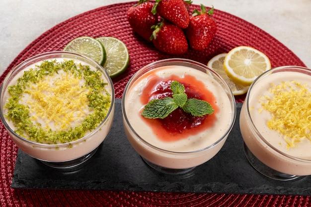 딸기 젤리 토핑과 민트를 곁들인 크리스탈 그릇에 레몬 무스.
