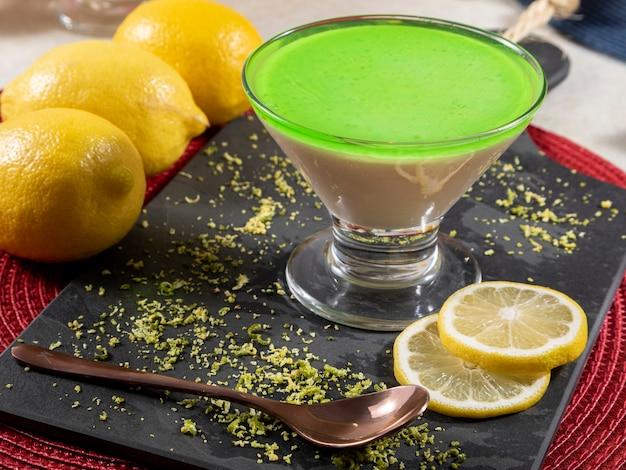 Лимонный мусс в стеклянной миске с лимонным желатином сверху.