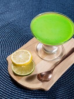 레몬 젤라틴을 얹은 유리 그릇에 레몬 무스.