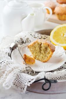 라이트 테이블에 나무 스탠드에 양 귀 비 씨 레몬 머핀. 선택적 초점.