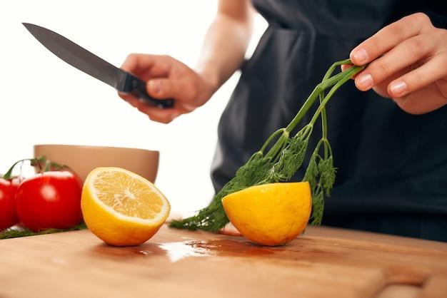 まな板にレモン、野菜、ビタミン、健康食品をスライス