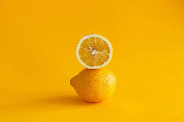 노란색 바탕에 레몬