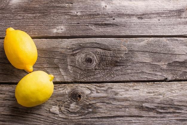 Лимон на деревянных фоне