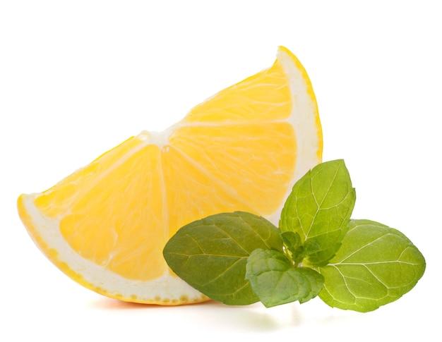 레몬 또는 유자 감귤 류의 과일 조각 흰색 배경 컷아웃에 고립