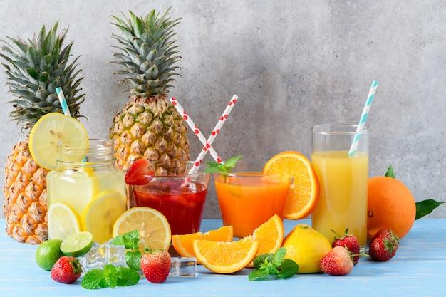 黒のレモン、オレンジ、ストロベリージュース