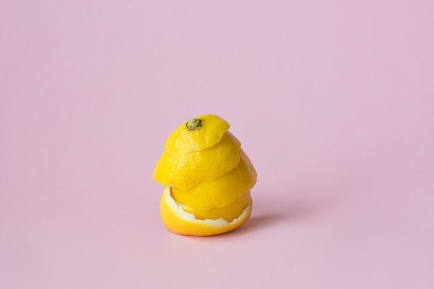 リサイクル循環経済のシンボルとしてピンクの背景にレモンの皮