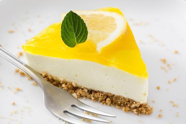 Кусочек лимонного пирога на десертной тарелке
